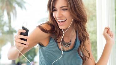 Mulher ouvindo musica no Celular