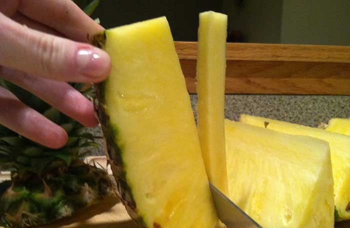 abacaxi-cortando